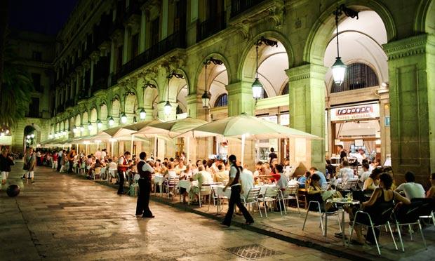 Movimento à noite na Plaça Reial em Barcelona