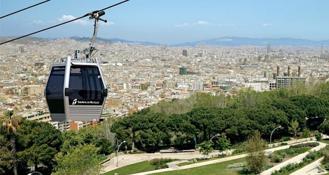 Teleférico passando pelo Castelo de Montjuic