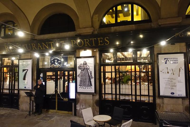 Entrada do restaurante 7 Portes em Barcelona