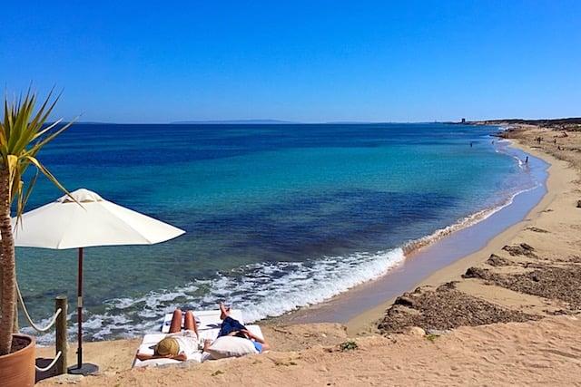 Praia Cala Es Cavallet em Ibiza
