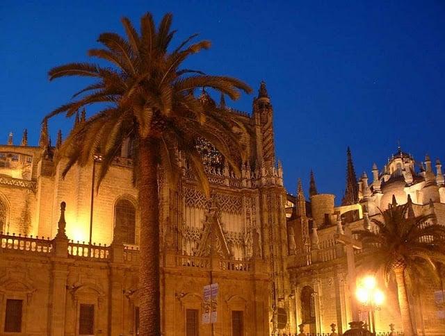 Sair à noite em Sevilha