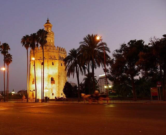 Torre del Oro à noite
