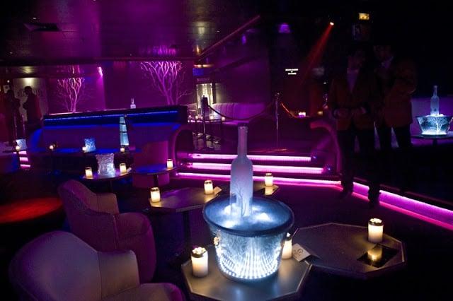 Espaço para sentar na Gabana Club em Madri