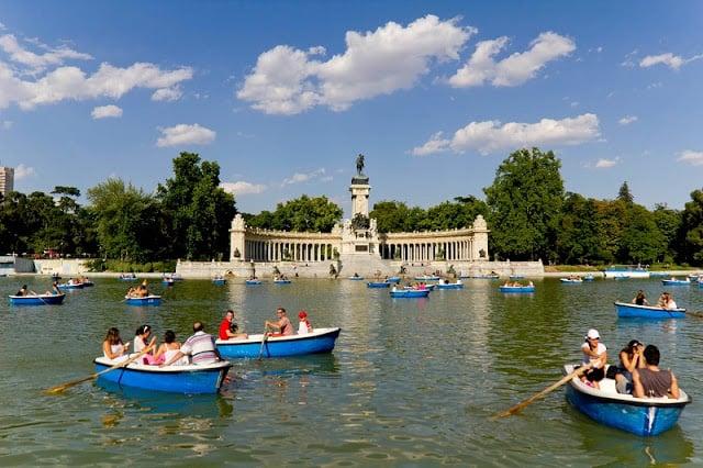 Barcos no Parque del Retiro em Madri