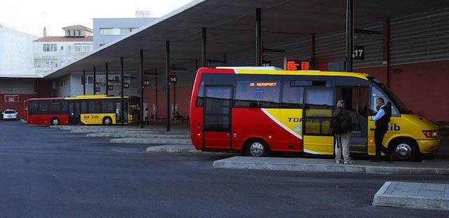 De ônibus do aeroporto ao centro de Menorca