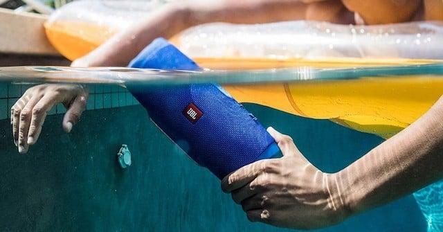 Caixa de som JBL à prova d'agua