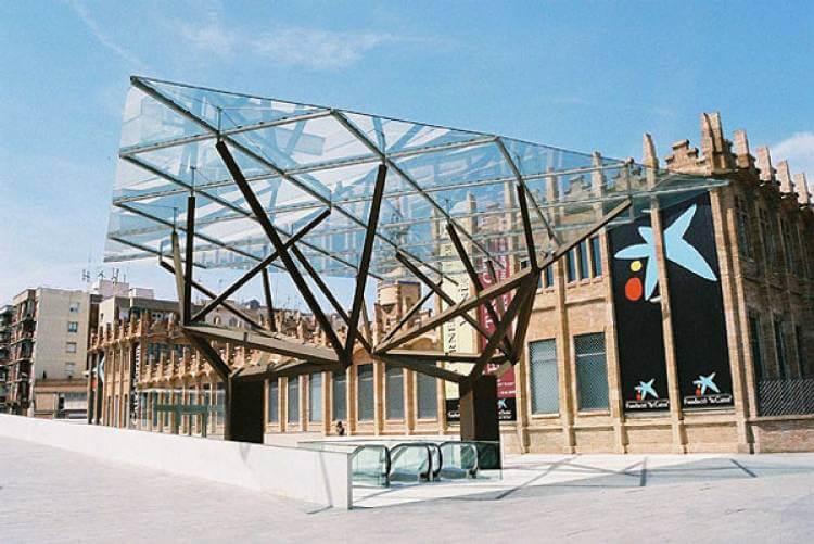Fachada do CaixaForum em Barcelona