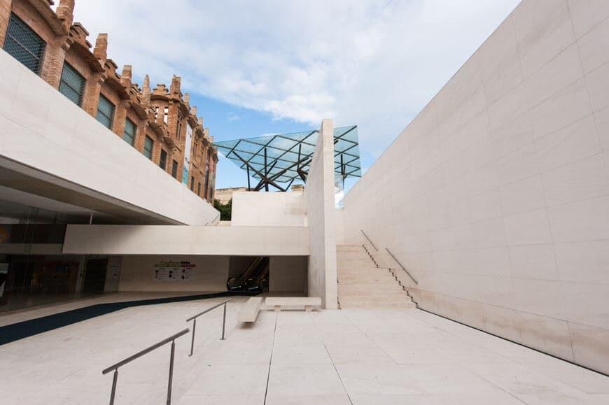 CaixaForum em Barcelona - fachada da fábrica e entrada