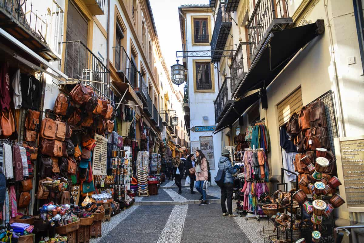 Rua para comprar lembrancinhas em Granada