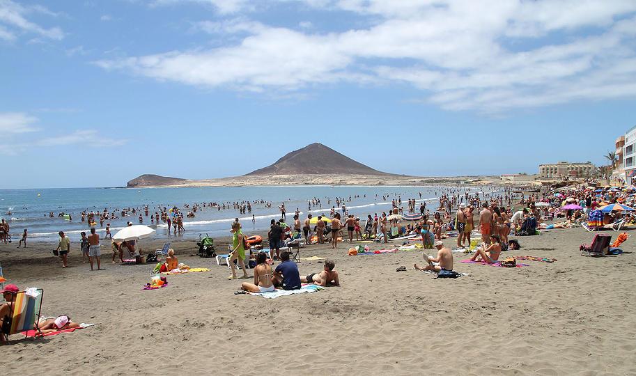 Pessoas na Praia de El Médano em Tenerife