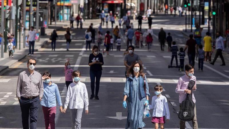Pessoas usando máscaras na Espanha